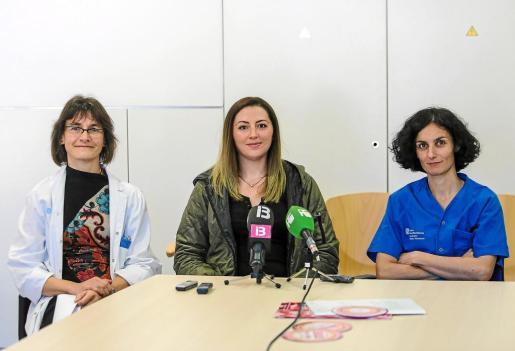 En marcha. Norina, flanqueada por las doctoras Victoria Bonet y Susana López, ayer en Can Misses.