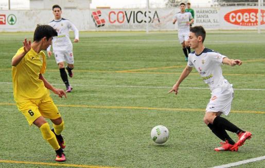 El extremo peñista Fabián encara a Manuel, centrocampista de La Salle, en una acción de la primera parte del partido de ayer. Foto: TOMÁS SÁNCHEZ
