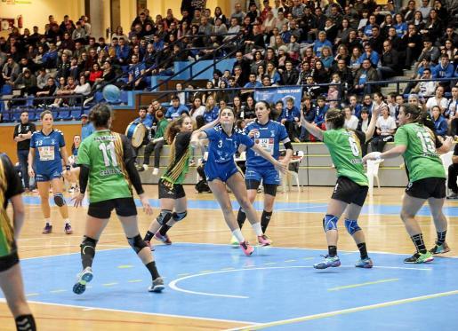 Ainhoa García pasa el balón a una compañera en una acción del partido de ayer.