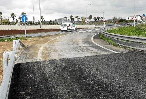 Imagen de la carretera de Jesús, repleta de baches en sus 800 metros.