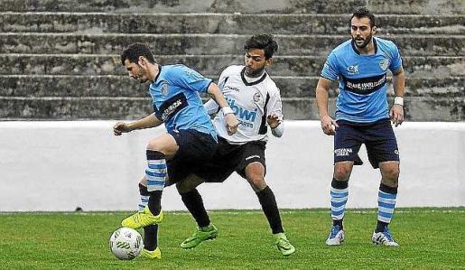 Pablo de Dios, presionado por un rival ayer. Foto: MIQUEL A. BORRÀS