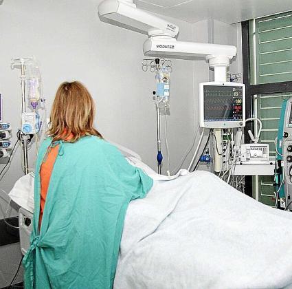 Un paciente es atendido en una de las habitaciones de la Unidad de Reanimación de Son Espases tras una intervención quirúrgica.