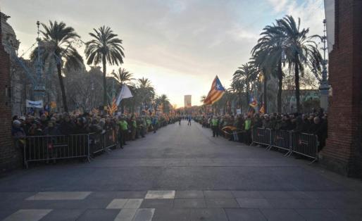 Miles de personas se han concentrado frente al TSJC para dar su apoyo a Mas.