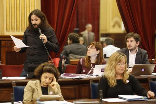 Baltasar Picornell, en el Parlament, junto a Alberto Jarabo y Laura Camargo.