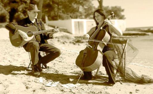 Ramón Mayol guitarra en mano junto a la música Susanna Rozsa en una fotografía promocional del disco. Foto: MAITE PINA