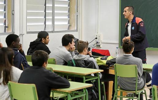 El coordinador del 061 de Ibiza, Ángel Crespo, ayer durante el taller de emergencias extrahospitalarias impartido a los alumnos de 4º de ESO.