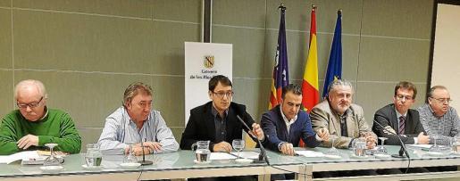 ▲ Consenso. Ginés Díez (CCOO), Antonio Copete (UGT), el conseller Iago Negueruela, Rafael Ballester (Afedeco), Bernat Coll (Pimeco), Jordi Bosch (Ascome) y Javier Serra (Pimeef) presentaron el principio de acuerdo que firmaron ayer por la mañana.