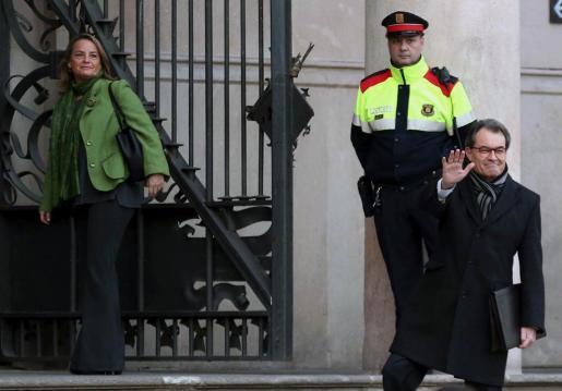 El expresidente de la Generalitat, Artur Mas, acompañado de su esposa Helena Rakosnik (i), a su llegada al TSJCat donde continúa el juicio por la consulta soberanista del 9N de 2014.