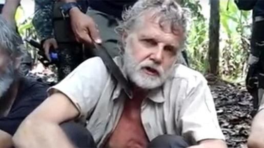 Miliciano del grupo yihadista filipino Abú Sayyaf amenaza al ciudadano canadiense John Ridsdel, al que finalmente ejecutaron el pasado mes de abril.