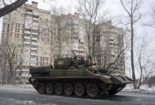 Un tanque y soldados del ejército ucraniano patrullan la ciudad de Avdéyevka, en el área de Donetsk, escenario la pasada semana de los combates más cruentos en varios meses.