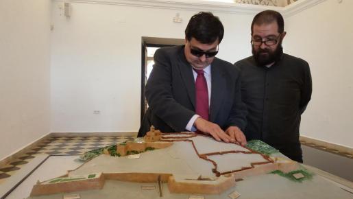 Mariano Torres, presidente de la ONCE en Ibiza, descubre de primera mano la nueva maqueta. Foto: Marilina Costa.