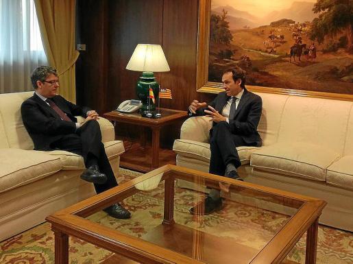 Álvaro Nadal y Marc Pons se reunieron ayer en la sede del Ministerio de Industria.