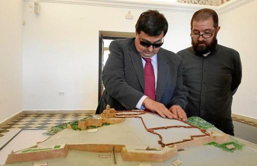 El director de la ONCE, Mariano Torres, junto al concejal de Cultura y Patrimonio, Pep Tur, junto a la nueva maqueta tiflológica.