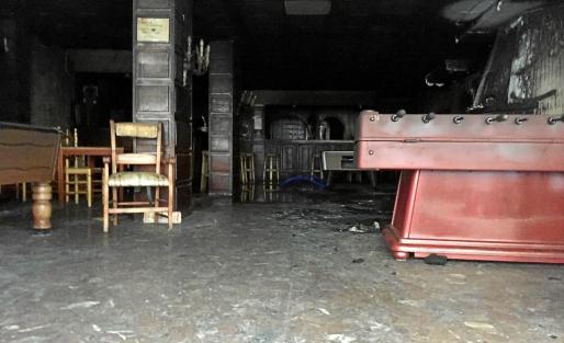 Las llamas arrasaron una chimenea y todo el mobiliario que estaba más próximo como sillones y televisores. Foto: P. S. P.