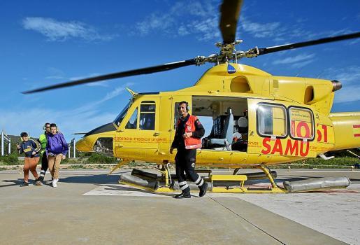 El coordinador del 061, Ángel Crespo, recibiendo a dos de los estudiantes que se montaron en el helicóptero. Foto: TONI ESCOBAR