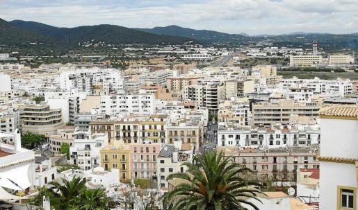 En Ibiza y Formentera muchos pisos se alquilan a turistas, lo que encarece los precios y disminuye la oferta para todo el año.
