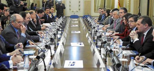 Reunión, ayer en Fomento, entre el ministro Iñigo de la Serna y los representantes de las compañías aéreas. Foto: EFE / BALLESTEROS.