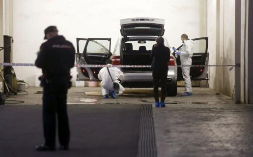 La policía científica durante el registro del vehículo en el que la viuda del expresidente de la extinta Caja de Ahorros del Mediterráneo (CAM), Vicente Sala, fue hallada muerta.