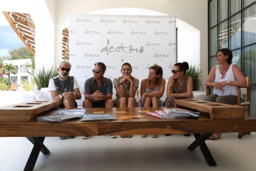 En la imagen, Imanol Arias junto a su expareja Irene Meritxell y unos amigos en Ibiza en 2015.