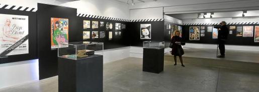 La exposición incluye carteles de películas, fotocromas, revistas, material de películas y multitud de objetos relacionados con el cine rodado en Ibiza de 1949 a 1999.