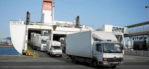 En el puerto de Palma trabajan 75 estibadores, que realizan la carga y descarga de los buques de Baleària y Trasmediterránea.