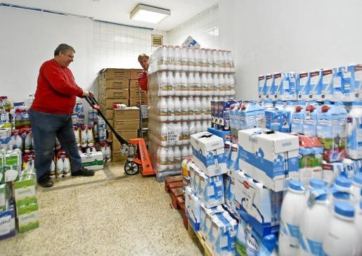 Los voluntarios de Cruz Roja, con parte de las donaciones de leche.