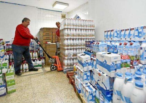 Los voluntarios de Cruz Roja, con parte de las donaciones de leche. Foto: TONII ESCOBAR