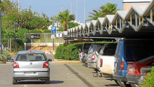 El Parlament quiere que aparcar en el aeropuerto vuelve a ser gratuito durante la primera media hora.
