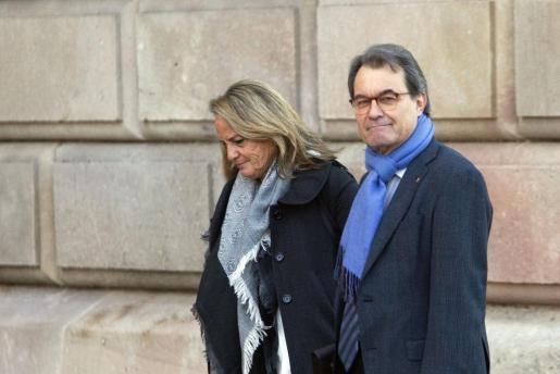El expresident de la Generalitat, junto a su mujer, a su llegada al TSJC donde prosigue el juicio del 9-N.