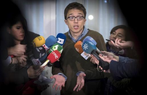 El secretario político de Podemos, Iñigo Errejón, realiza declaraciones a la prensa durante un acto de su partido en Sevilla.