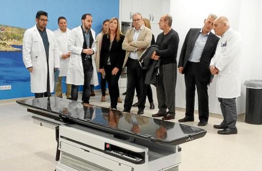 Las autoridades visitaron la sala donde los pacientes reciben tratamiento de radioterapia en el Hospital Can Misses.