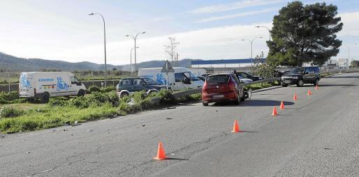 La Policía Local acotó la zona donde se produjo el accidente y posterior arrollamiento en el que perdió la vida una joven que se encontraba en el arcén.