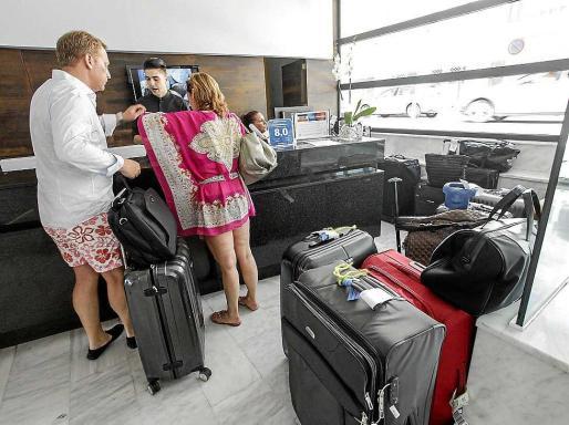 Imagen de unos turistas pagando la ecotasa el pasado verano en un hotel de Ibiza.