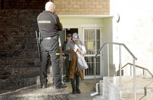 El detenido abandonó los juzgados a primera hora de la tarde tras prestar declaración ante la juez de guardia. Foto: DANIEL ESPINOSA