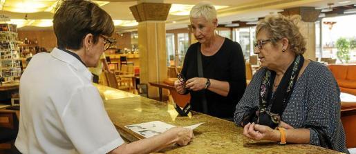 La empresa que gestiona los viajes estatales del turismo sénior ofrece seis hoteles con 19.000 plazas, mientras Mundosenior programa 16.800 en tres establecimientos