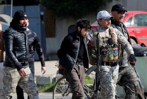 Miembros de las fuerzas de seguridad iraquí detienen a una persona después del atentado de este viernes en Mosul.