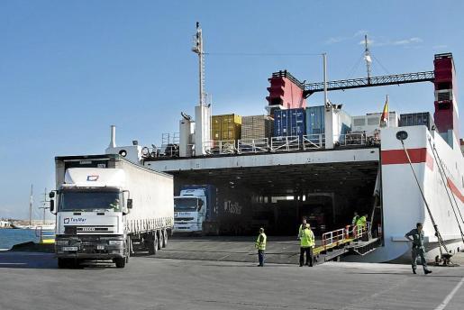 En el puerto de Palma hay 75 estibadores que están englobados en la Sociedad Anónima de Gestión de Estibadores Portuarios (SAGEP), en Maó hay 13 y en el puerto de Eivissa, 21.