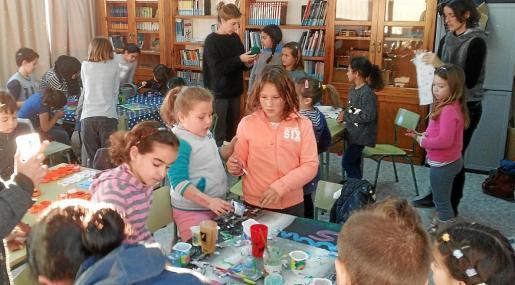 Dentro de la campaña Formentera amb Síria se han organizado varios talleres para que los escolares de la Mola, Sant Ferran y Sant Francesc diseñen y decoren diversos materiales.
