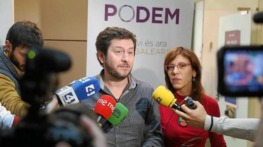 Jarabo y Camargo, valorando ayer el final de la crisis institucional. Foto: PERE BOTA
