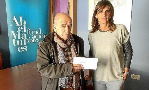 Luis Cros y Carmen Matutes, ayer, en la entrega del cheque.