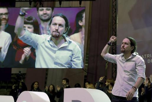 El secretario general de Podemos, Pablo Iglesias, saluda a los asistentes al inicio de la primera jornada de la Asamblea Ciudadana Estatal de Vistalegre II que definirá el futuro de la formación morada.