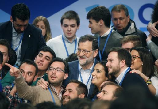 El presidente del Gobierno y líder del PP, Mariano Rajoy,con los miembres de las Nuevas Generaciones (NNGG) ,durante la segunda jornada del XVIII Congreso nacional del partido que se celebra este fin de semana en la Caja Mágica, en Madrid.