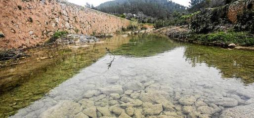 El torrente del manantial de es Broll baja con abundante caudal tras las últimas lluvias.