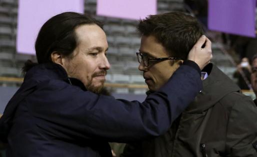 El secretario político de Podemos, Íñigo Errejón (d), y el secretario general, Pablo Iglesias (i), se abrazan durante primera jornada de la Asamblea Ciudadana Estatal de Vistalegre II.
