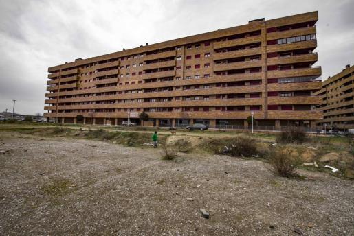 Vista de uno de los edificios de la urbanización 'El Quiñón', donde fueron encontrados un hombre y una mujer muertos en una vivienda del complejo urbanístico.
