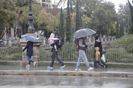 La Agencia Estatal de Meteorología pronostica para el lunes lluvias acompañadas de barro, por la mañana en Ibiza y Formentera y a partir de la tarde en Mallorca y Menorca.