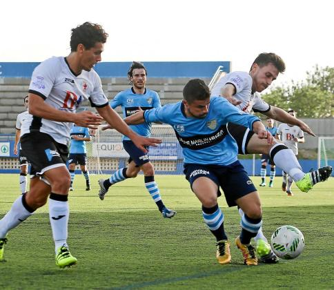 Lúa trata de zafarse de la marca de un par de jugadores rivales en una acción del partido de ayer en el estadio de Can Misses.