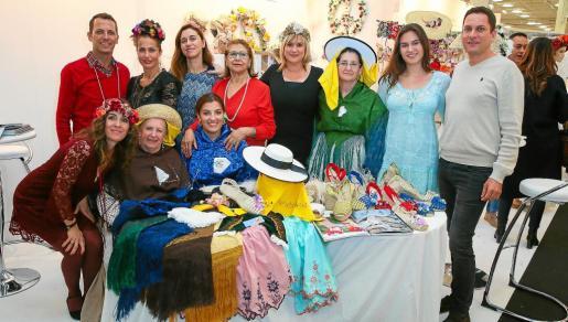 La vicepresidenta Marta Díaz con los artesanos y diseñadores que asisten a la feria Pure London