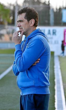 Dani Mori, pensativo durante el partido contra el Ferriolense. Foto: TONI ESCOBAR
