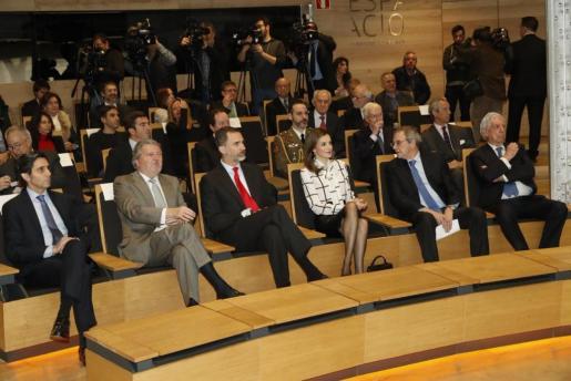 En la imagen, los Reyes de España, junto al Premio Nobel de Literatura, Mario Vargas Llosa y el ministro de Educación, Cultura y Deporte, Íñigo Méndez de Vigo.